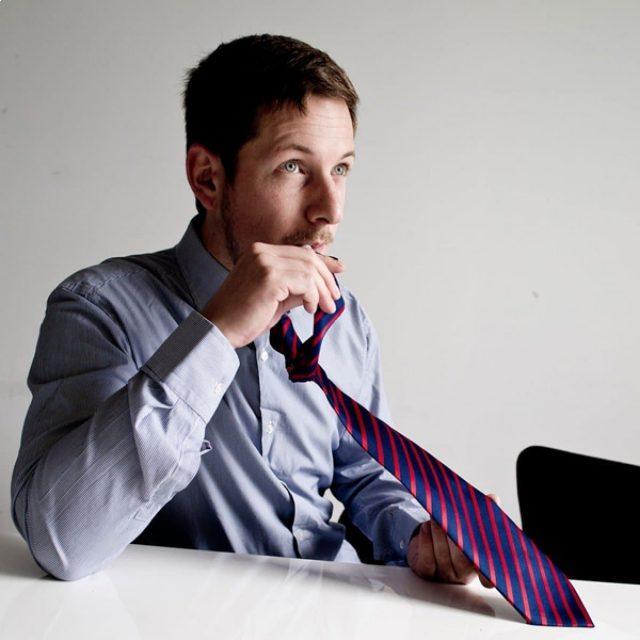 Cravate insolite avec gourde intégrée