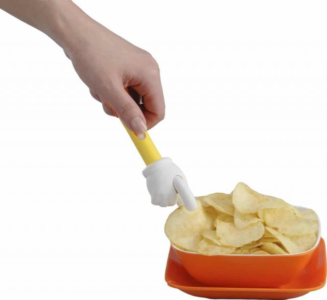 Main attrape-chips insolite