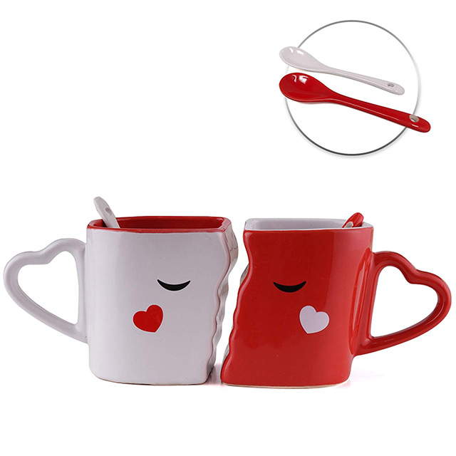 Tasses duo de couple qui s'embrassent